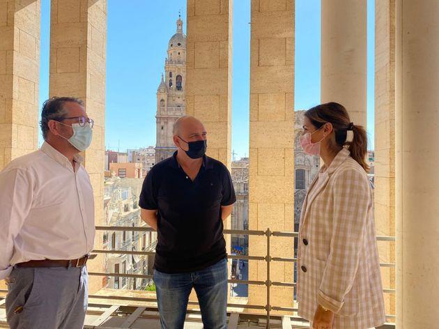 La concejala de Movilidad Sostenible y Limpieza Viaria, Carmen Fructuoso, y el delegado de Cespa en Murcia,...