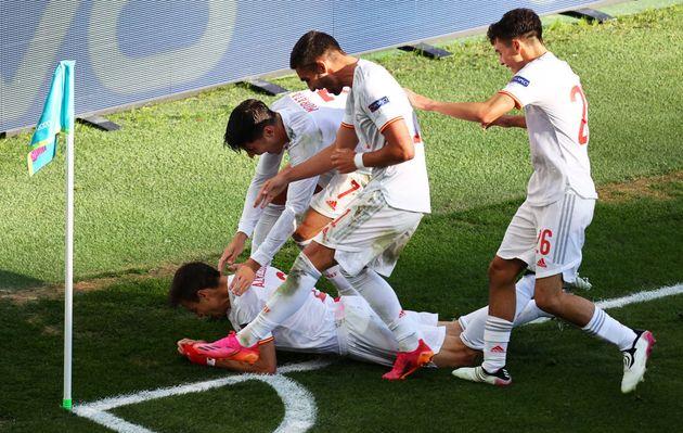 Azpilicueta, al suelo para celebrar el 1-2 con sus