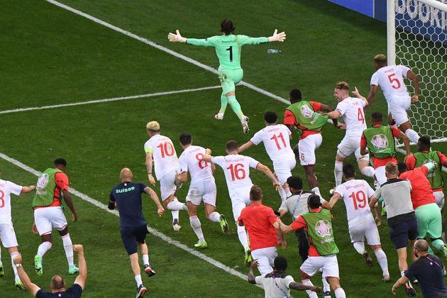 Les Suisses et leur gardien Yann Sommer (en vert) éliminent les Bleus de l'Euro, à Bucarest...