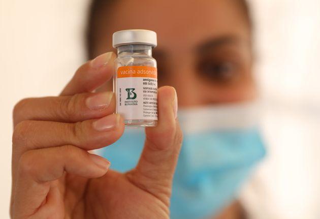 Una sanitaria con un preparado de la vacuna