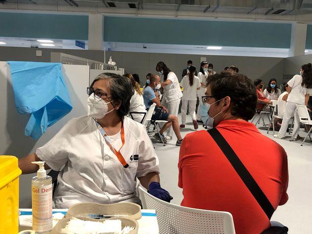 Un hombre recibe su dosis contra el coronavirus, este martes, en el Hospital Enfermera Isabel