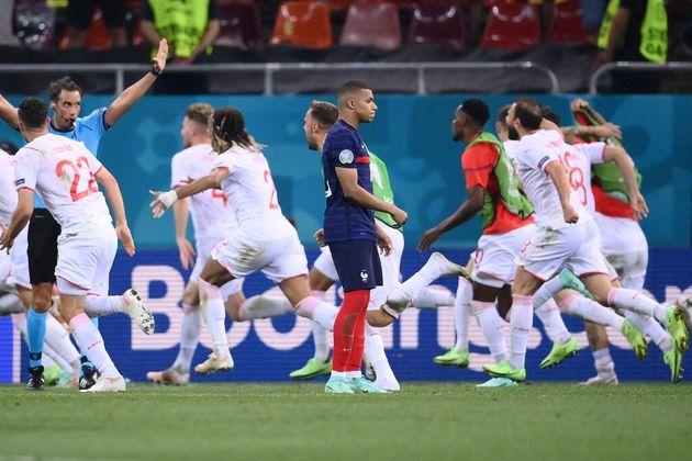 Kylian Mbappé après avoir raté son pénalty face à la Suisse lors de l'Euro 2020, à Bucarest le 28 juin