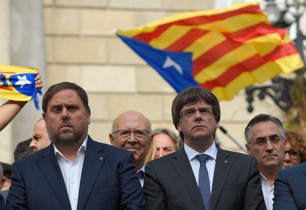 Oriol Junqueras y Carles Puigdemont, en una protesta tras la DUI en Barcelona, el 2 de octubre de