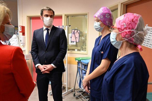 Le ministre de la Santé, Olivier Véran, laisse aux soignants un ultime délai pour se faire vacciner avant...