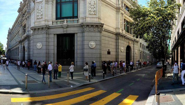 Largas colas a las puertas del Banco de España para canjear pesetas por euros, el 25 de