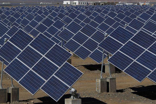 2013年5月、中国の新疆ウイグル自治区にある太陽光発電所で、大型ソーラーパネルが見られる