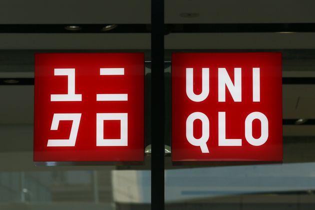 ユニクロの店頭に掲げられた看板=東京・銀座
