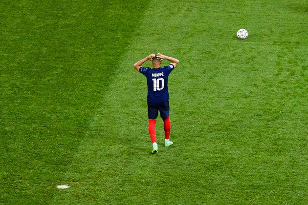 La désillusion est immense pour Kylian Mbappé sur la pelouse de Bucarest après l'élimination...