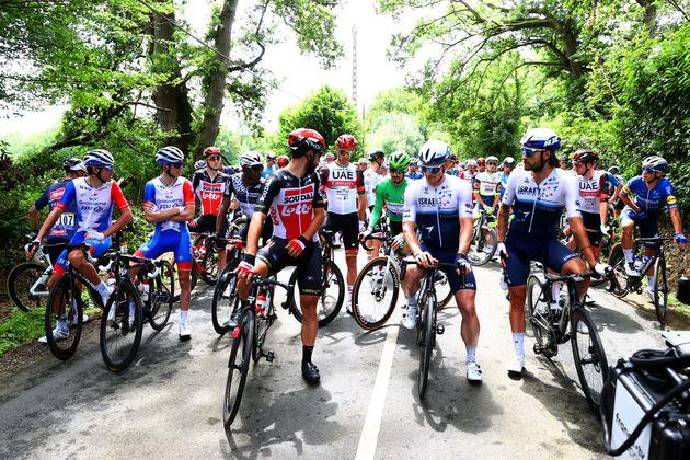 Chutes et blessés sur le Tour de France: les coureurs protestent au début de la 4 étape...