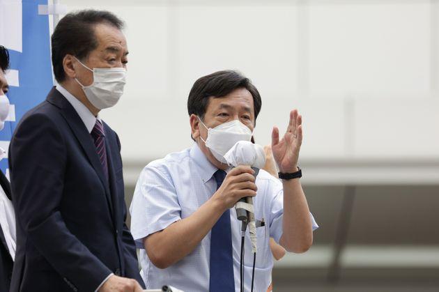 東京都議選が告示され、演説を行う立憲民主党の枝野幸男代表(右)。左は菅直人元首相=6月25日、東京都武蔵野市のJR吉祥寺駅前