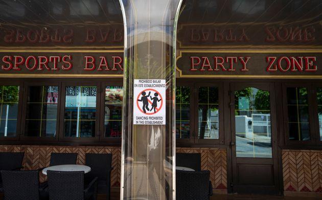 Un cartel de 'Prohibido bailar en este establecimiento', a la entrada de un pub en Punta Ballena, en
