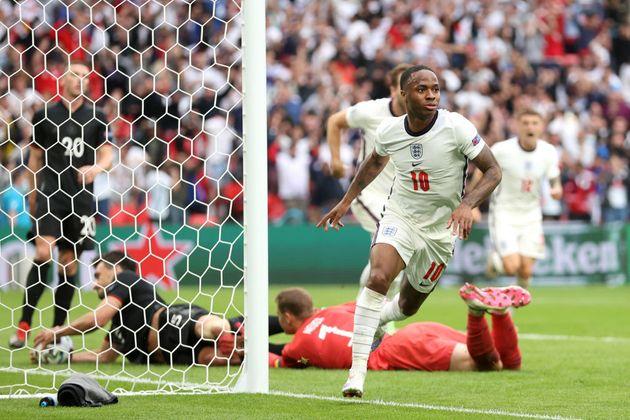 Sterling celebra su tercer gol en la