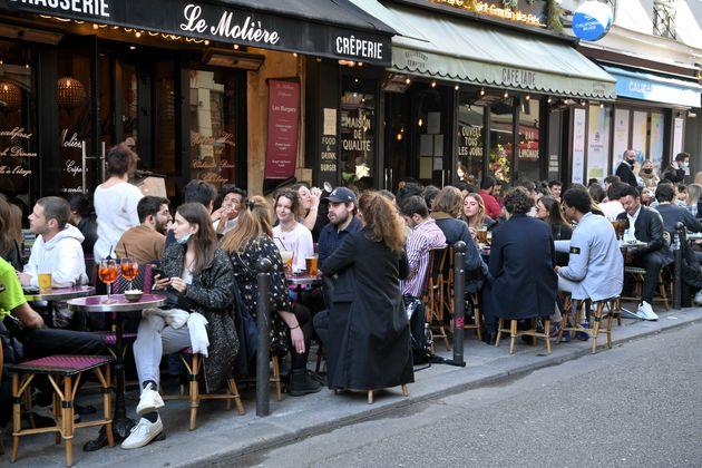 Des terrasses de restaurants, à Paris, le 19 mai