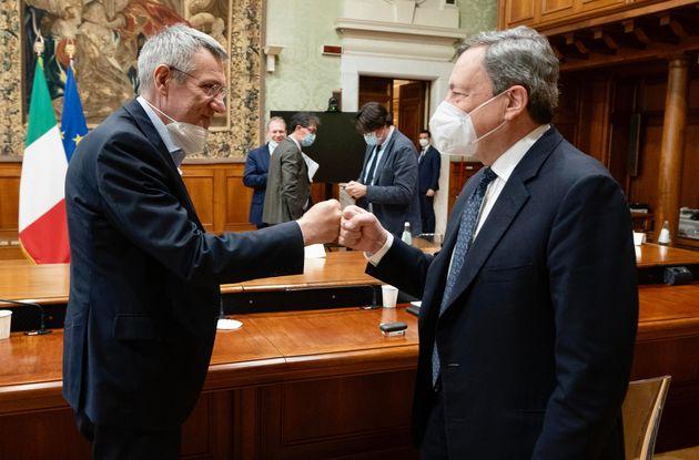 Licenziamenti, Draghi tratta sei ore e trova l'accordo con sindacati e