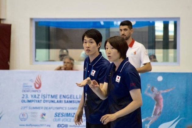デフリンピック(女子バレーボール種目)での手話通訳の様子