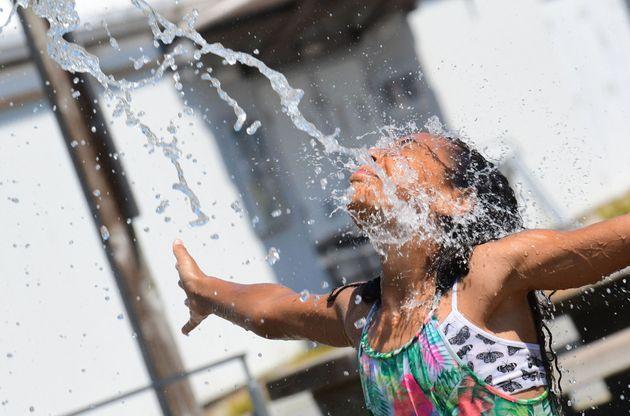 Una niña se refresca en una fuente de Richmond, Columbia Británica, el 29 de junio de