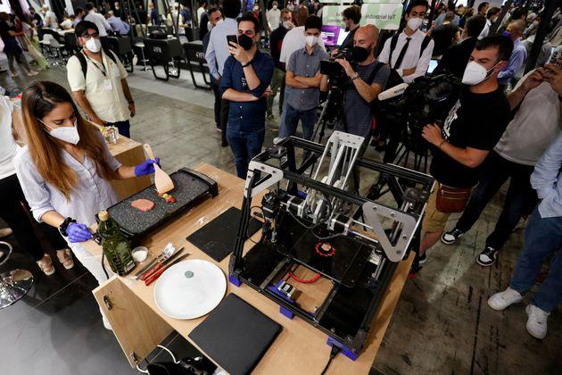 Μια γυναίκα μαγειρεύει ένα κομμάτι «κρέας» που εκτυπώθηκε με έναν 3D εκτυπωτή από τη Novameat στο Mobile...