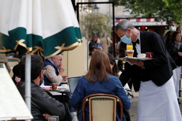 La terrasse d'un café à Paris, le 19 mai