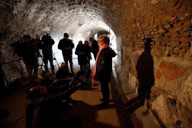 Η διευθύντρια του αρχαιολογικού συγκροτήματος Κολοσσαίου μιλά σε δημοσιογράφους κατά τη διάρκεια συνέντευξης Τύπου στο αρχαίο Κολοσσαίο.