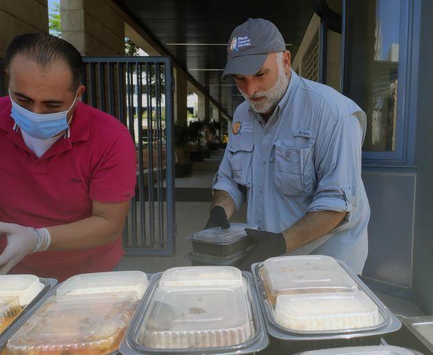 José Andrés preparando tuppers de comida en agosto de