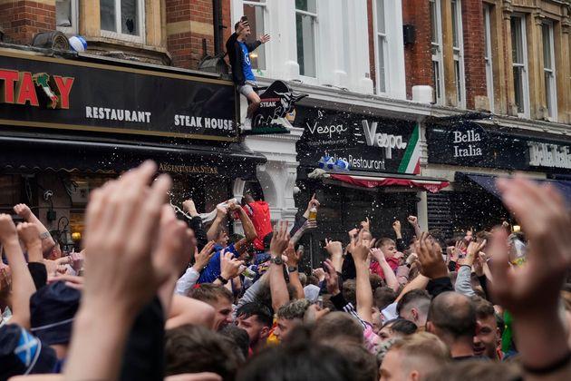 Οι οπαδοί της Σκωτίας στην πλατεία Λέστερ πριν από τον αγώνα του πρωταθλήματος Euro 2020 μεταξύ Αγγλίας και Σκωτίας, στο Λονδίνο