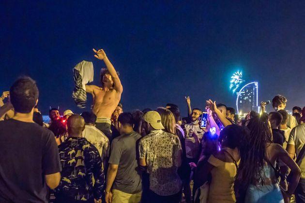 La gente celebra la fiesta de San Juan en la playa de la