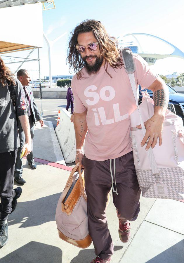 ロサンゼルス国際空港に現れたモモア(2020年1月6日撮影)。ピンクのバッグは、クライミングブランド「So