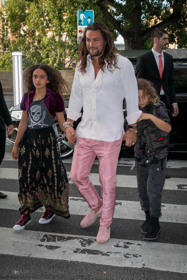フランス・パリの有名レストランにやってきたモモア(2019年6月28日撮影)。パンツとシューズがピンクで、手をつないでいるのはモモアの子どもたち