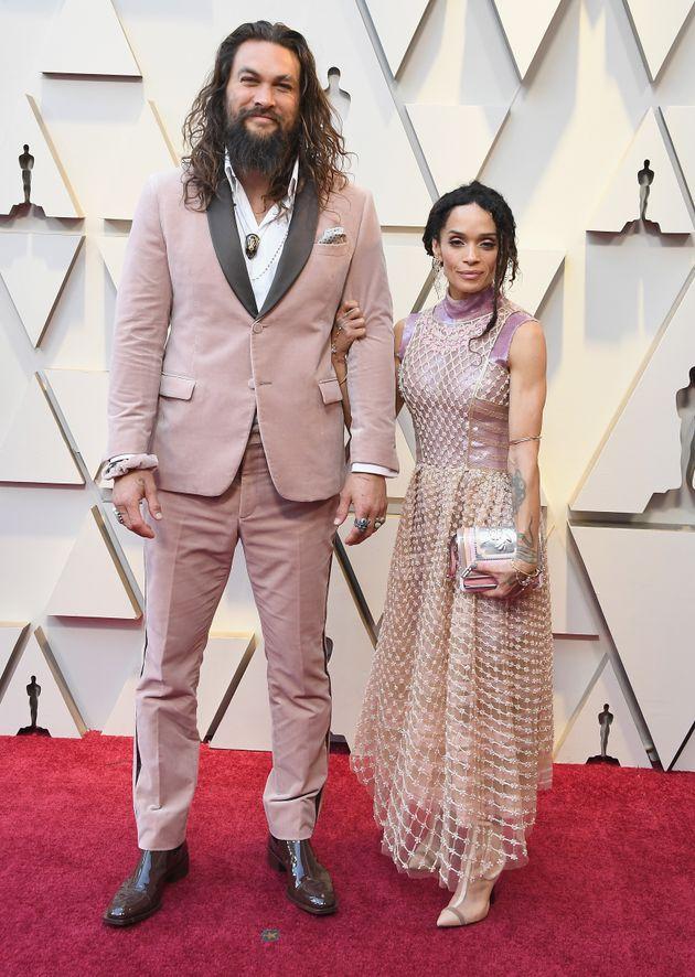 アカデミー賞のレッドカーペットには、妻のリサ・ボネットとお揃いの淡いピンクで参加(2019年2月24日撮影)。故カール・ラガーフェルドのFENDIのスーツ