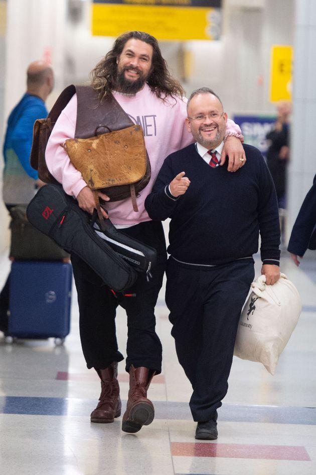 『アクアマン』のプロモーションは大忙しだったそうですが、ニューヨークのJFK空港に降り立ち笑顔を見せました(2018年11月29日撮影)
