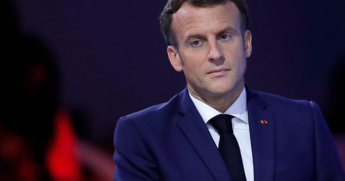 Macron porte plainte contre le créateur des affiches le représentant en Hitler
