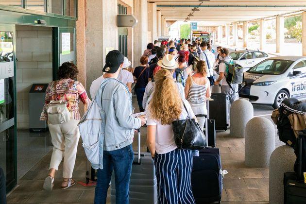 Decenas de turistas llegan a Menorca desde Reino