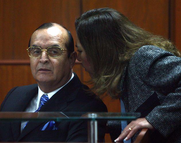 Vladimiro Montesinos escucha a su abogada, Estela Valdivia, durante un juicio el 30 de junio de 2008...