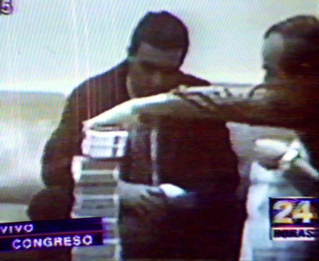 Uno de los 'vladivideos' en los que se ve a Montesinos (derecha) apilar billetes frente al productor...