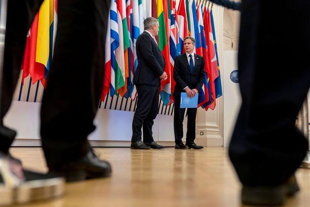 El secretario del Tesoro de EEUU, Antony Blinken (dcha) junto al presidente de la OCDE, Mathias Cormann,...