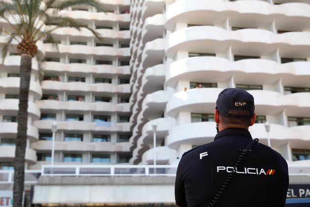 Un policía, delante del hotel donde hay estudiantes