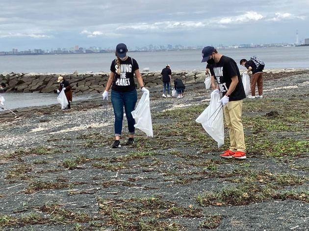 BMWジャパンの社員らが「幕張の浜ビーチクリーン活動」に参加=2021年6月、千葉市美浜区