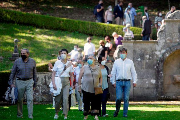 Varios de los visitantes, entrando en el recinto del Pazo de