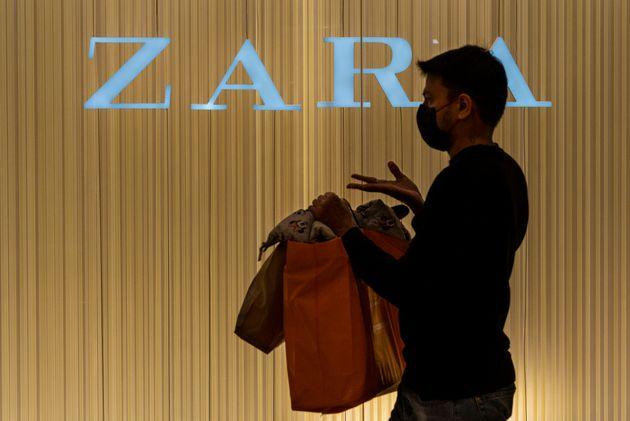 Un cliente pasa por delante de una tienda de Zara en Hong