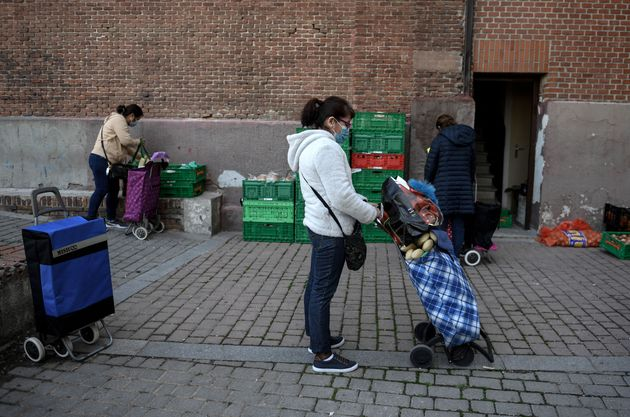 Amanda Gomez, 53 ans, fait la queue pour recevoir une aide alimentaire devant la paroisse de San Ramon...