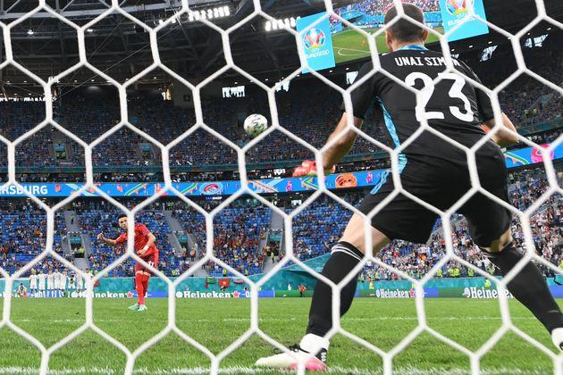 Rubén Vargas falla el penalti