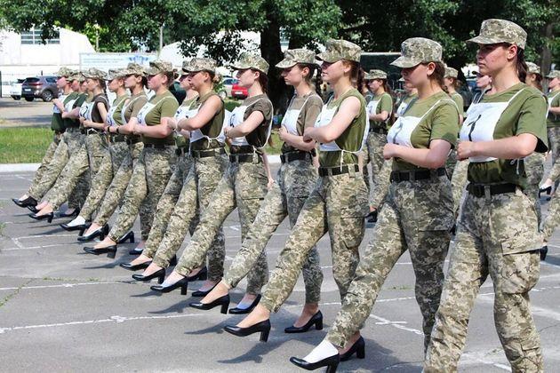 En Ukraine, des militaires défilent en talons, à Kiev, le 1er juillet