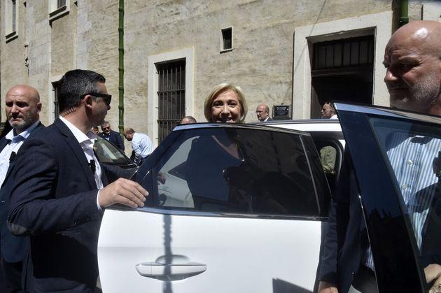 La présidente du Front national, Marine Le Pen, à la sortie de la mairie de Perpignan ce samedi 3