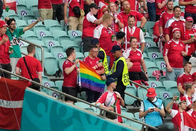 Euro-2020: des stadiers confisquent un drapeau arc-en-ciel à