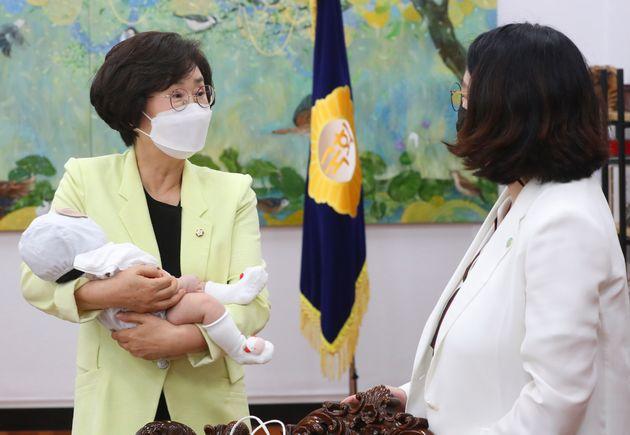 김상희 부의장과 이야기를 나누는 용 의원. 아기는 자고