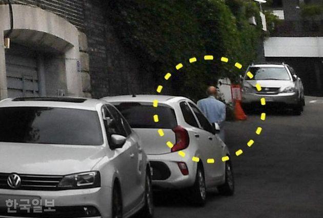 전두환(노란색 원) 전 대통령이 5일 오전 10시 30분께 혼자서 서울 연희동 자택 쪽문을 빠져나오고