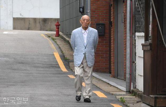 골목길 꼿꼿하게 산책하는 90세 전두환 근황이 공개됐다. 광주지법에 피고인으로 참석해야 하는 재판 당일이었다.전두환은 그동안 알츠하이머를 이유로 재판에