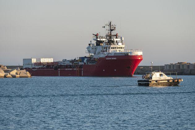 L'Ocean Viking, le navire de l'ONG SOS Méditerranée, a secouru plus de 350 migrants au...
