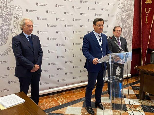 El alcalde saliente de Granada, Luis Salvador, con los concejales de Hacienda, José Antonio Huertas,...