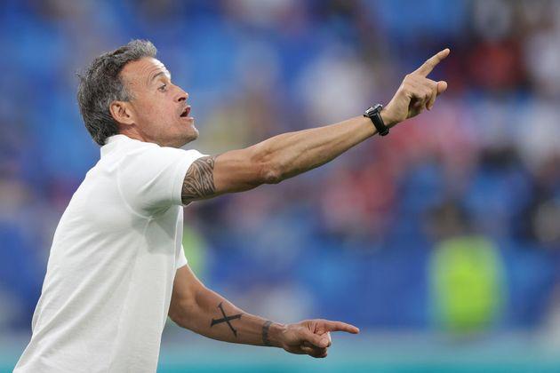 Luis Enrique da instrucciones durante el partido frente a